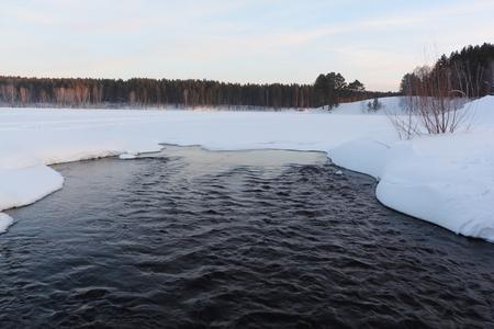 합류하는 지점에서 호수 밖으로 흐르는 물 석양, 노보시비르스크 지역, 러시아 겨울에 눈이 덮여 중 Bugotak 강 및 Karpysak 강 스톡 콘텐츠