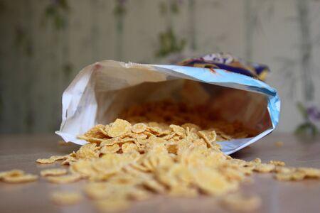 corn flakes: le paquet de corn flakes renvers� sur une table