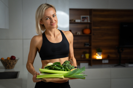 a sporty girl with set of green vegetables Imagens