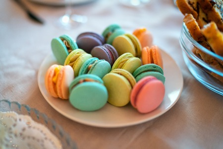 Set of color Macaroon in a plate. Imagens