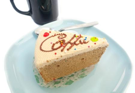cafe y pastel: torta de caf� y una taza en el fondo blanco Foto de archivo
