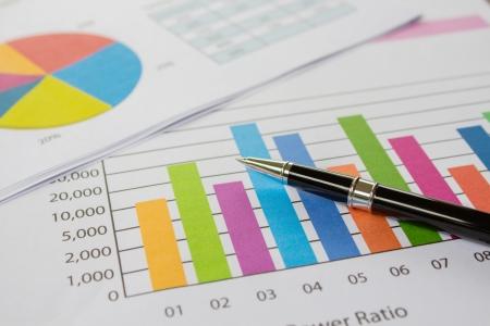 document management: Gráficos, cuadros y lápiz, negocios en la mesa. Foto de archivo