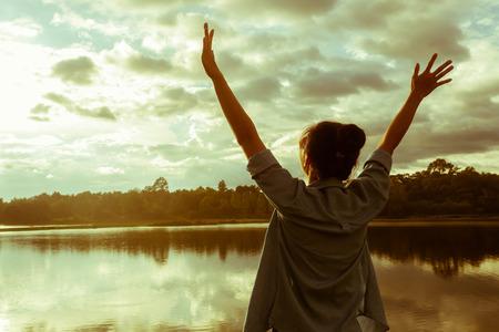 úspěšný: Happy slaví vítězný úspěch žena při západu slunce. Reklamní fotografie