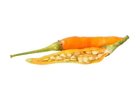 chiles picantes: Dos chiles naranja sobre fondo blanco.