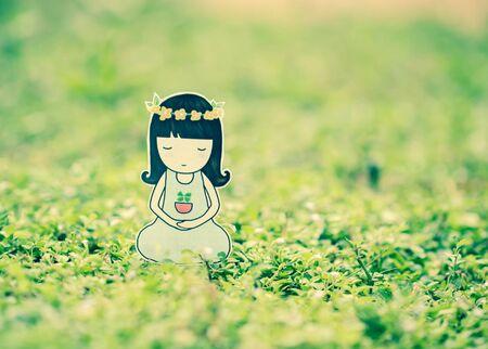 mujer meditando: Mujer joven meditando en la naturaleza.