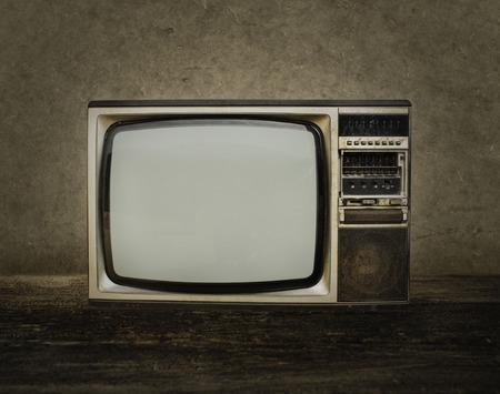 television antigua: Tv viejo sobre la madera en la habitación.