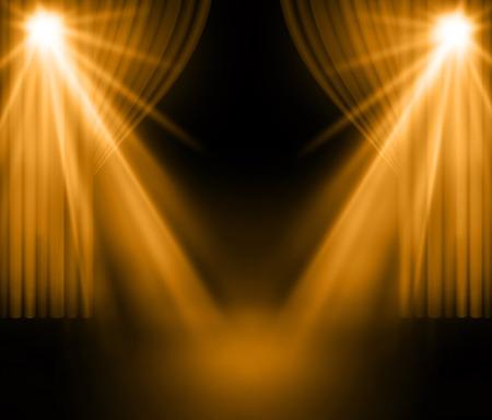 cortinas de oro en el teatro con el proyector. Foto de archivo