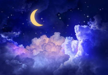 noche y luna: Cielo nocturno con la luna y las estrellas.