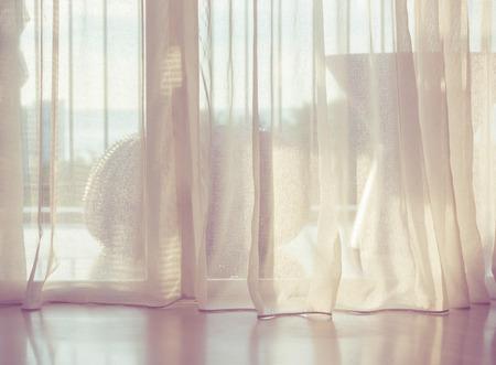 朝の日光が付いているドア カーテン。 写真素材