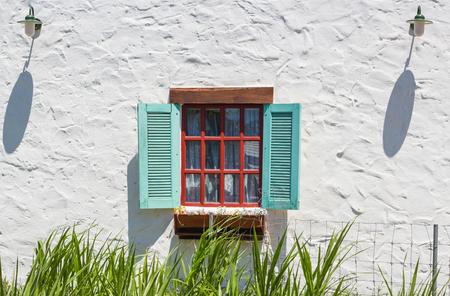 Open vintage window with flower on brick wall 版權商用圖片 - 44400707