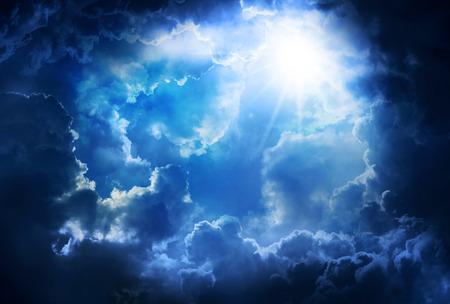 cielo: Nubes brillantes y oscuras con el sol, en el cielo. Foto de archivo