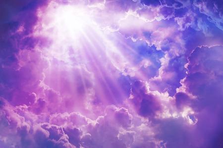 landschap: Paarse hemel met zon en mooie wolken op de hemel. Stockfoto