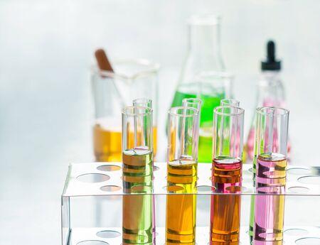 tubo de ensayo: Tubos de ensayo, investigación de laboratorio. Foto de archivo