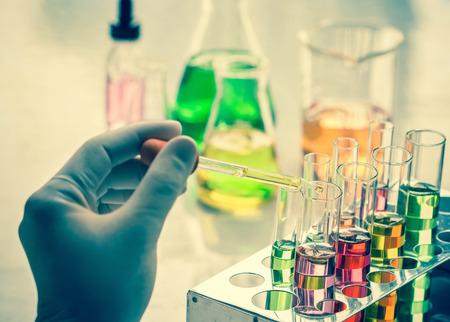 probeta: Científico mano que sostiene un Tubos de ensayo, la investigación de laboratorio. Foto de archivo