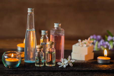 Spa treatment with scented candles and soap on wood. Foto de archivo