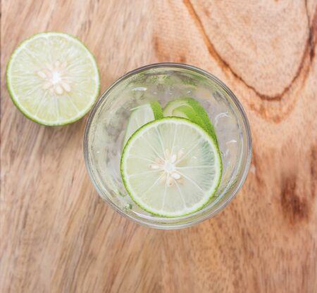 resfriado: Limonada fresca fr�a con lim�n en vista superior. Foto de archivo