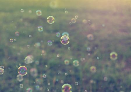 burbujas de jabon: Rainbow burbujas desde el ventilador de la burbuja, la cosecha de fondo.