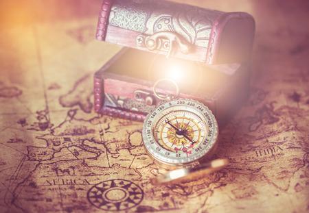 kompas op vintage kaart met schat kist Stockfoto