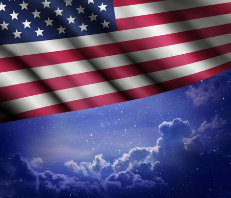 Bandera americana con el fondo del cielo nocturno.