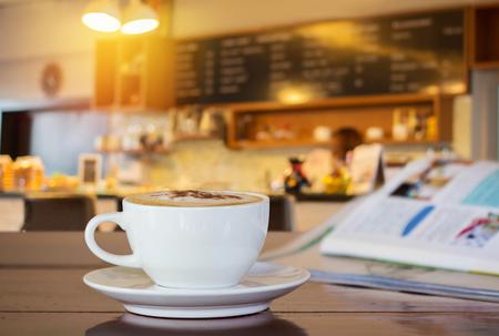 tazas de cafe: taza de caf� en la cafeter�a. Foto de archivo
