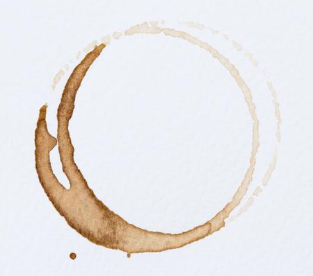 Kaffeefleck auf weißem Hintergrund.