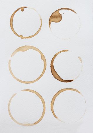 Collectie vlekken koffie op een witte achtergrond.