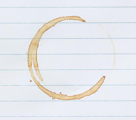 Kaffeefleck auf Notebook-Seite.
