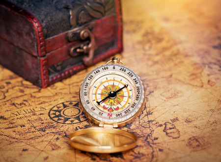 papel quemado: Old compass on vintage map with treasure Chest