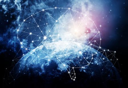 Pojęcie ludzkiej inteligencji z ludzkim mózgiem w tle wszechświata.