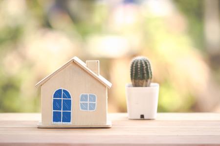modello di casa in legno sul tavolo.