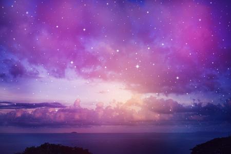 Raum des Nachthimmels mit Wolke und Sternen