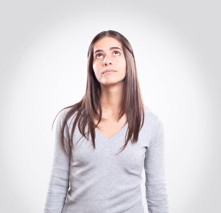 femme regarde en haut: Jeune femme regardant