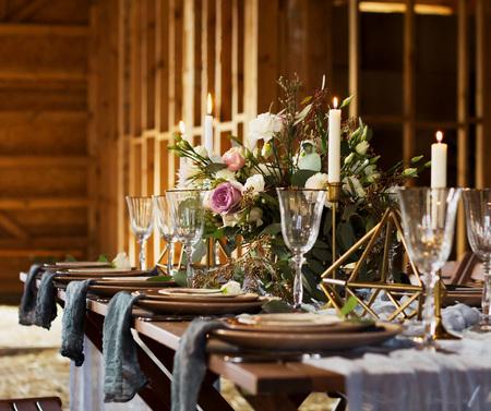 Decoración de la mesa de boda antes de un banquete. Bouquet y velas. Fiesta de bodas. Estilo vintage. Foto de archivo - 78342899