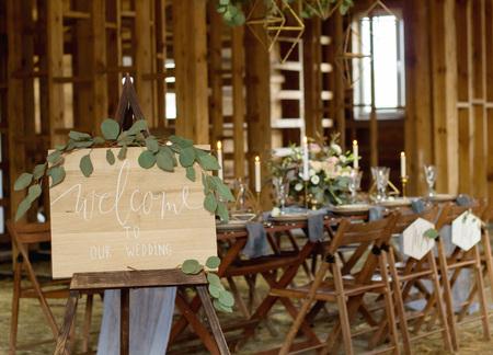 접시 전경에서 우리 결혼식에 오신 것을 환영합니다. 결혼식 파티. 빈티지 스타일.