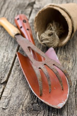 木の板の古い園芸工具