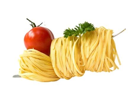 パスタ、白で隔離されるトマト