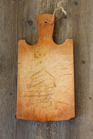 木製の背景に古いまな板