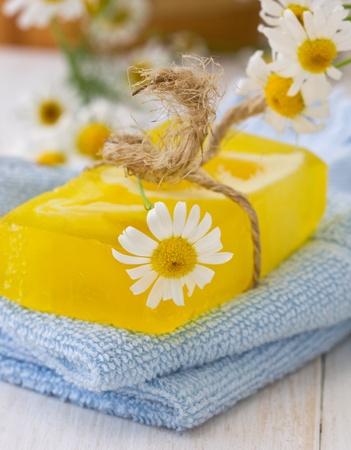 productos de belleza: jabón hecho a mano con infusiones en la toalla