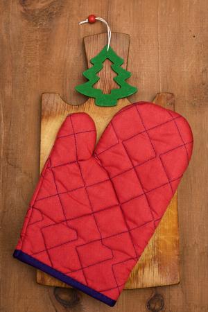 boom kappen: pannenlap, figuur kerstboom, snijplank op een houten achtergrond Stockfoto