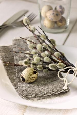 ウズラの卵、柳の枝でイースター テーブルの設定