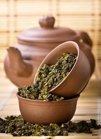 乾燥茶と緑の竹の背景のアジアのお茶セット