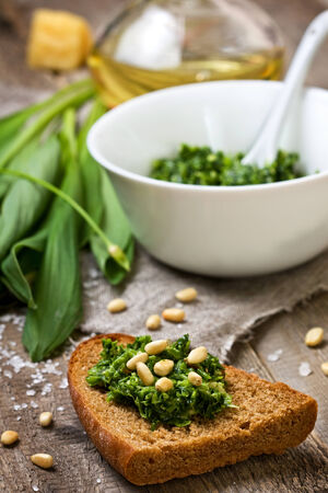 bread with pesto ramson on a wooden background Standard-Bild