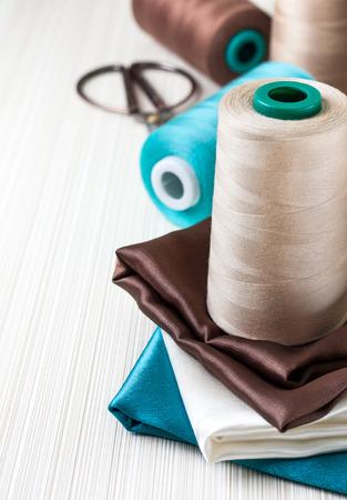 azul turqueza: Costurero - carrete de hilo y diferente de tela de varios colores, tijeras y el espacio para el texto