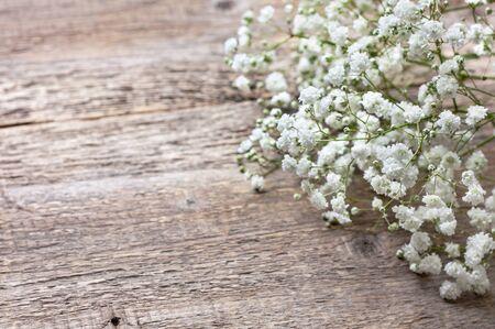 木製の背景にカスミソウの花束 写真素材