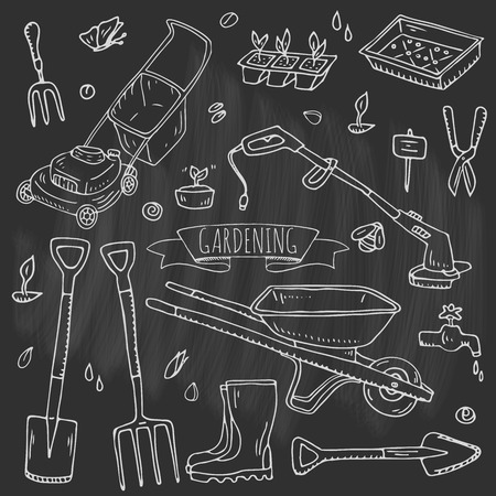 Dibujado a mano doodle conjunto de iconos de jardinería. Conjunto de ilustración vectorial Símbolos de jardín de dibujos animados. Colección de elementos incompletos: cortacésped, recortadora, pala, horquilla, rastrillo, azada, trug, carretilla, carrete de manguera. Ilustración de vector