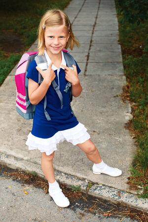 colegiala: colegiala linda en vestido azul va a la escuela por primera vez