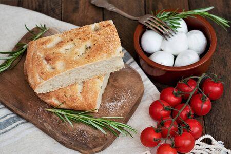 Sliced focaccia bread with tomatoes and mozzarella Imagens