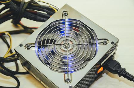 白い背景の上にコンピューターのクローズ アップ用電源は、クローズ アップを表示します。