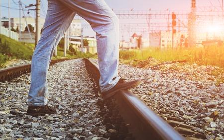 imminence: Un hombre camina por las vías del tren.