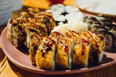 apanese sushi food. Maki ands rolls with tuna, salmon, shrimp, crab and avocado. assorted sushi. Close-up, selective focus. Standard-Bild